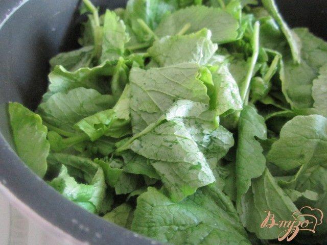 Фото приготовление рецепта: Холодный суп из цукини с ботвой редиса шаг №2