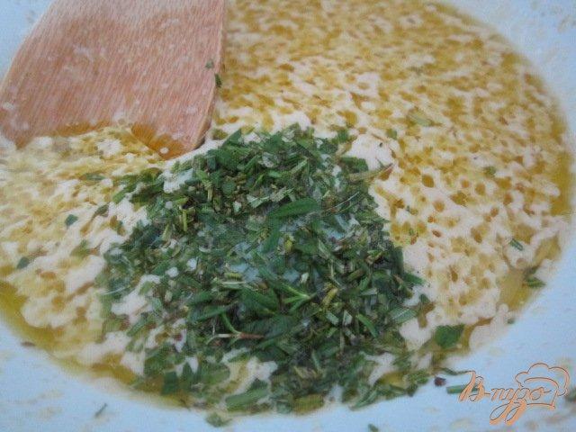 Фото приготовление рецепта: Фугасс с розмарином и оливками шаг №2