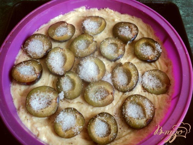 Фото приготовление рецепта: Сливовый «газетный»  пирог шаг №5