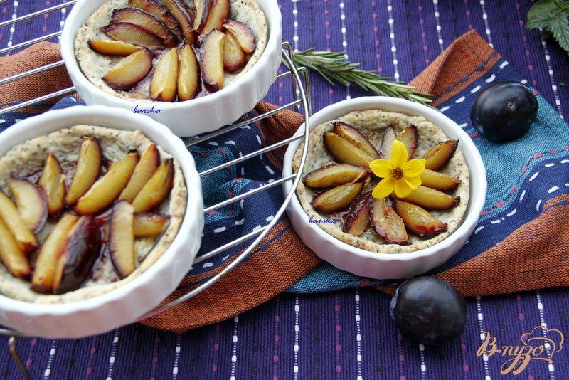 Фото приготовление рецепта: Сливовый тарт с тестом из белого вина и мака шаг №6
