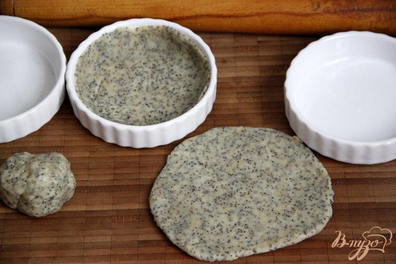 Фото приготовление рецепта: Сливовый тарт с тестом из белого вина и мака шаг №3