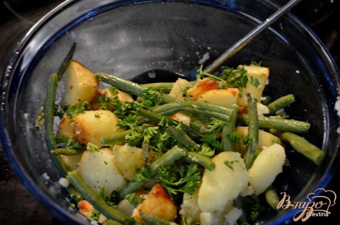 Фото приготовление рецепта: Запеченный картофель с зеленой фасолью шаг №3