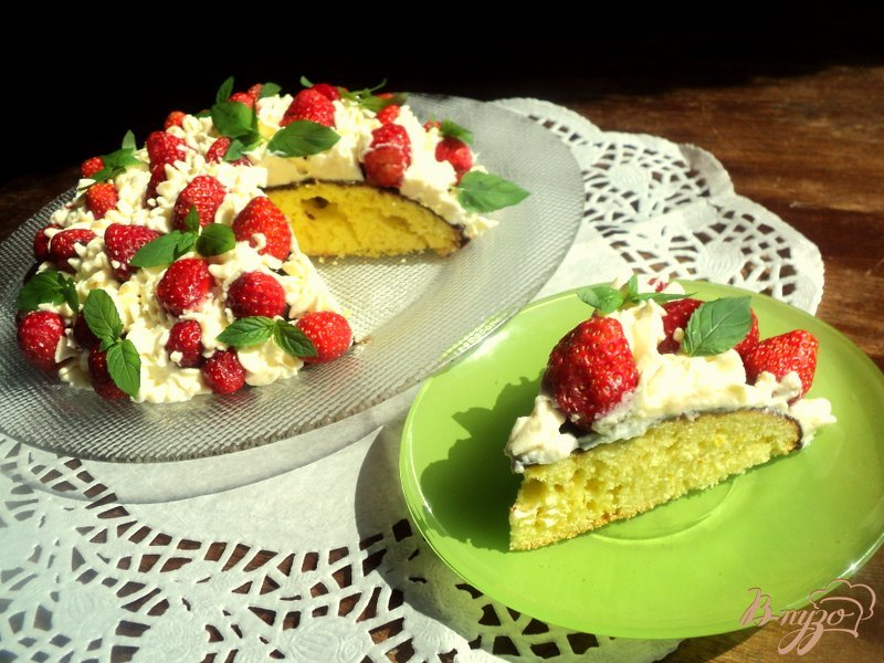 Фото приготовление рецепта: Торт с клубникой и шоколадом шаг №7
