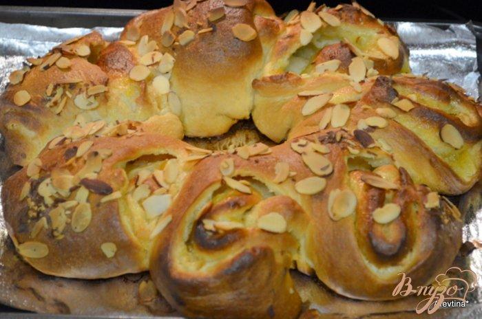 Фото приготовление рецепта: Кольцо со сливочным сыром и абрикосовой начинкой шаг №7