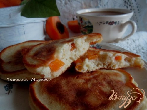 Оладьи на кефире с кусочками абрикоса