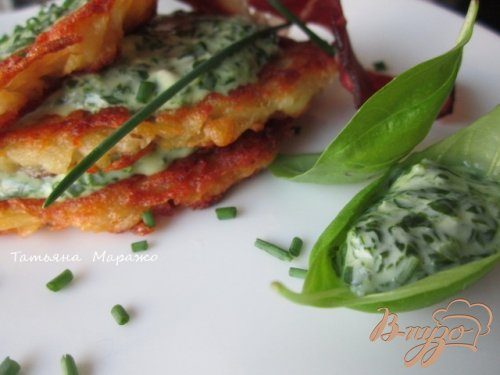 Картофельные оладьи со шпинатово-сырным соусом