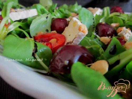 Салат с сыром камамбер и черешней