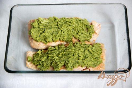 Лосось под зелёной корочкой с гарниром из пикантной капусты