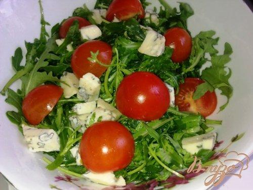 Салат  с рукколой, голубым сыром и помидорами чер