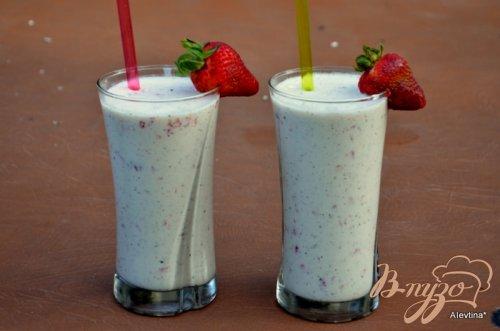 Молочный коктейль с киви и клубникой