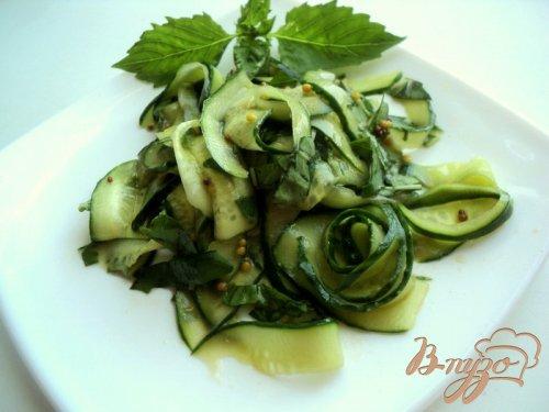 Салат с огурцами и базиликом