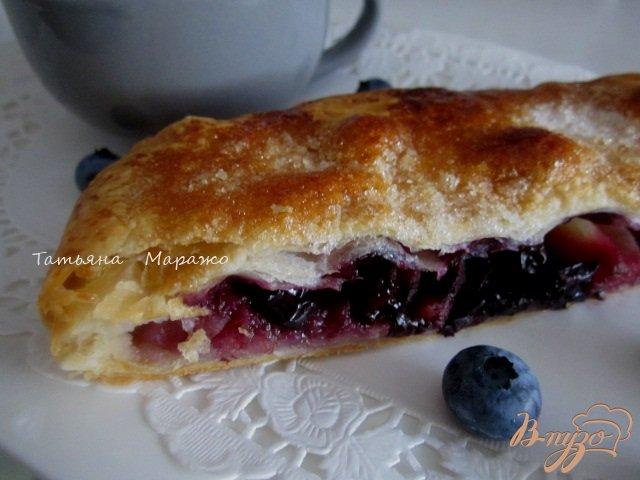 Фото приготовление рецепта: Пирог с яблоками и черникой (голубикой) шаг №7
