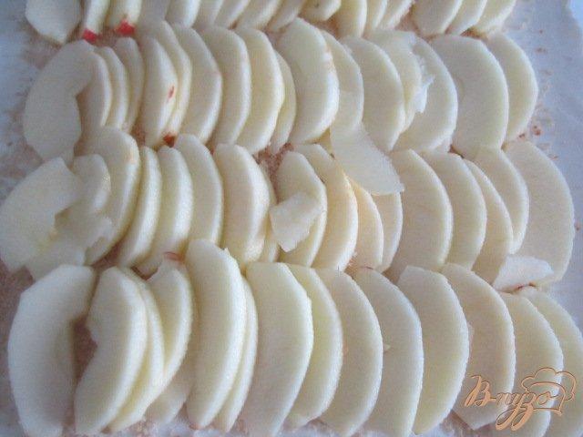 Фото приготовление рецепта: Пирог с яблоками и черникой (голубикой) шаг №3