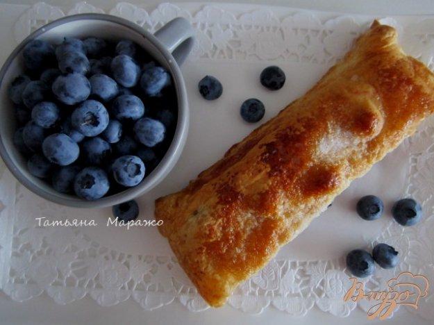 фото рецепта: Пирог с яблоками и черникой (голубикой)