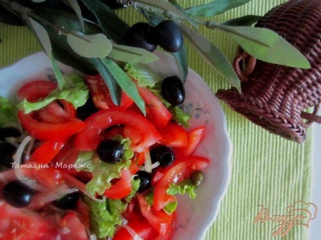 фото рецепта: Салат из помидор и маслин с каперсами