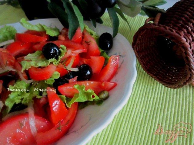 Фото приготовление рецепта: Салат из помидор и маслин с каперсами шаг №5