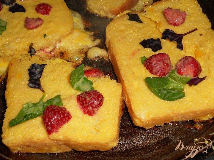 Фото приготовление рецепта: Клубничные тосты шаг №3