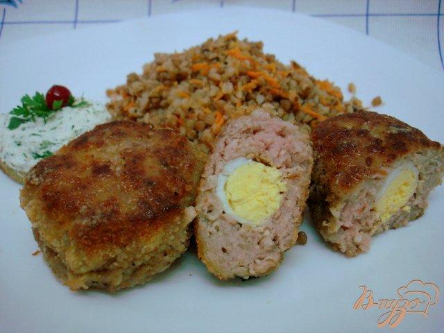 Фото приготовление рецепта: Котлеты с перепелиными яйцами шаг №8