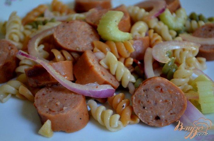 Фото приготовление рецепта: Салат с пастой и колбасой шаг №5