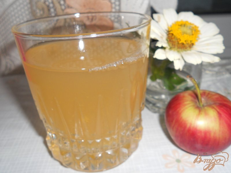 Фото приготовление рецепта: Компот мятный с абрикосами и яблоком шаг №4