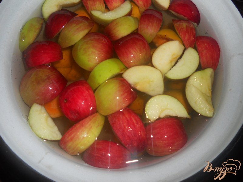 Фото приготовление рецепта: Компот мятный с абрикосами и яблоком шаг №2