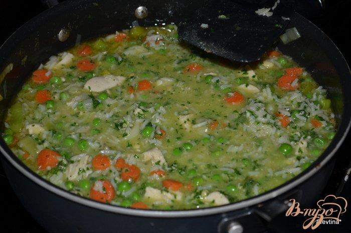 Фото приготовление рецепта: Суп куриный с зеленым горошком шаг №4