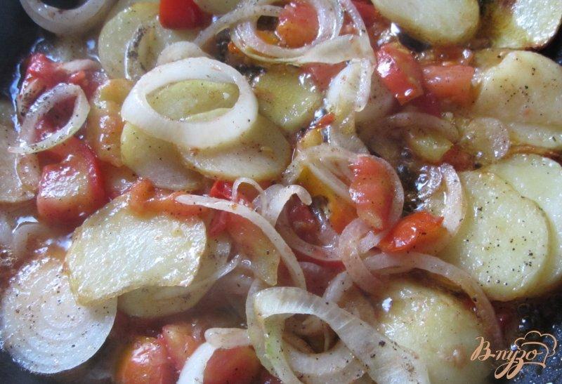 Фото приготовление рецепта: Картофель молодой с помидорами шаг №8