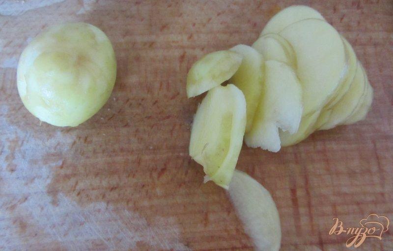 Фото приготовление рецепта: Картофель молодой с помидорами шаг №2
