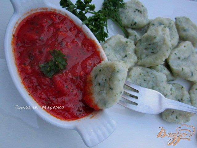 Фото приготовление рецепта: Томатно-чесночный соус к галушкам шаг №5