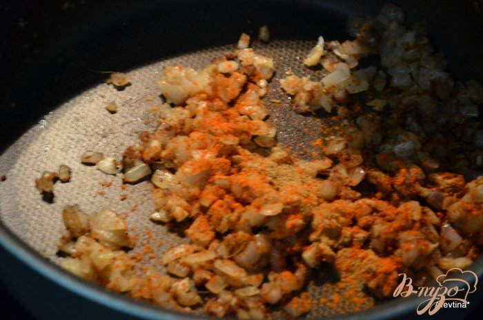 Фото приготовление рецепта: Фарш говяжий с зеленым горошком по -индийски шаг №2