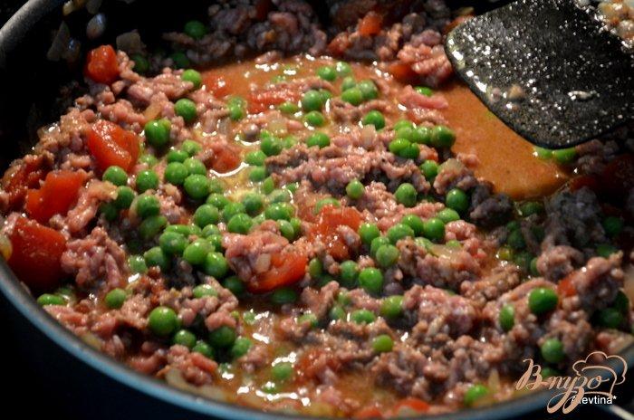 Фото приготовление рецепта: Фарш говяжий с зеленым горошком по -индийски шаг №4