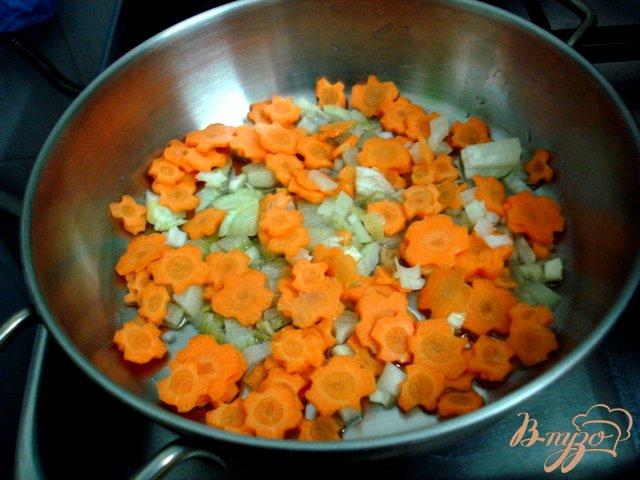 Фото приготовление рецепта: Суп с лисичками и горошком шаг №4