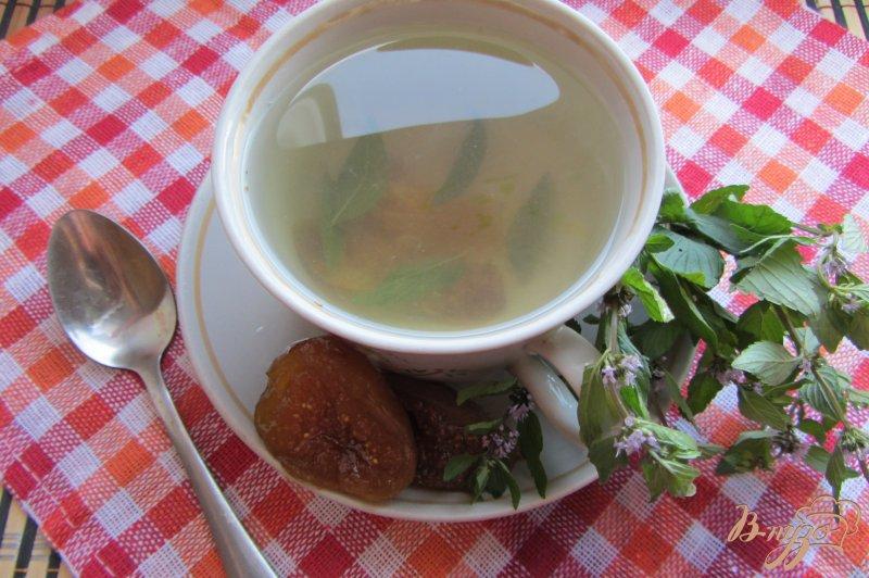 Фото приготовление рецепта: Мятно-инжирный чай шаг №5
