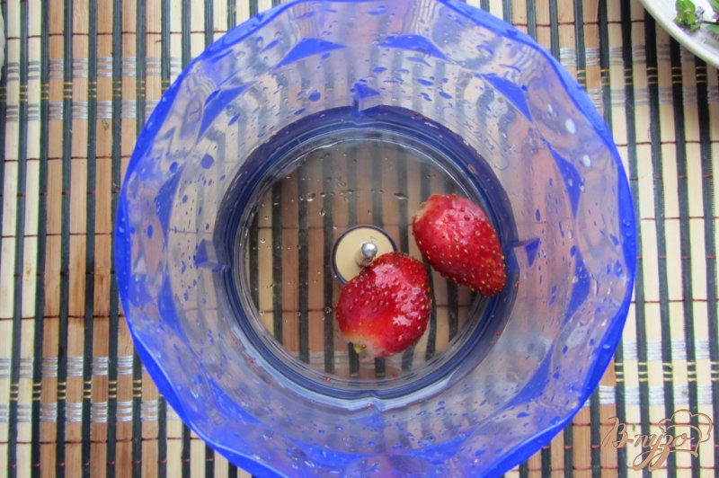 Фото приготовление рецепта: Клубнично-мятный коктейль шаг №3