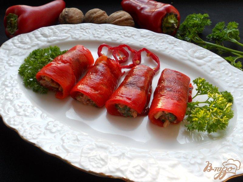 Фото приготовление рецепта: Рулетики из перца, фаршированные орехами шаг №5