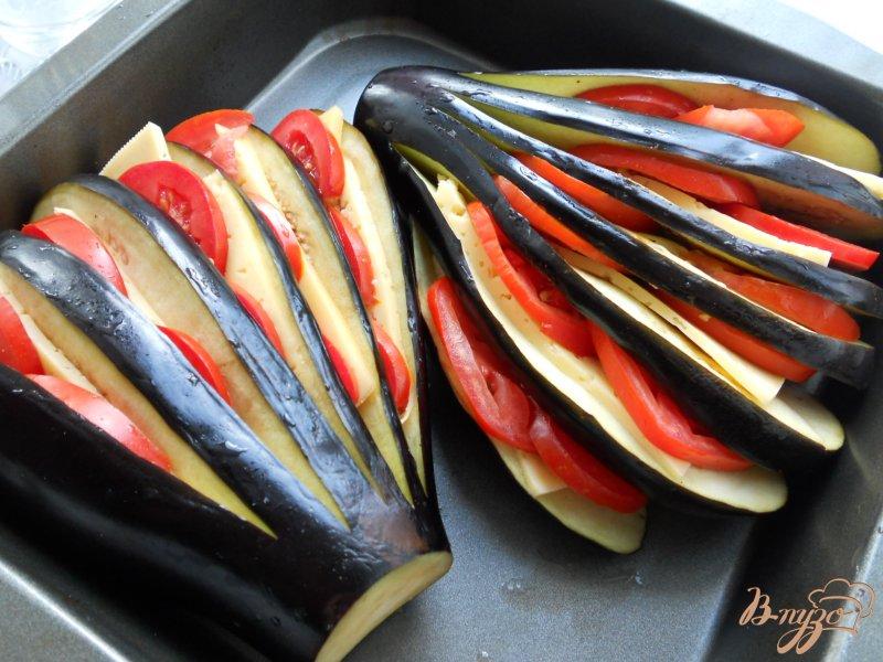 Фото приготовление рецепта: Баклажаны, фаршированные помидорами и сыром шаг №3