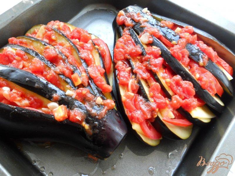 Фото приготовление рецепта: Баклажаны, фаршированные помидорами и сыром шаг №4