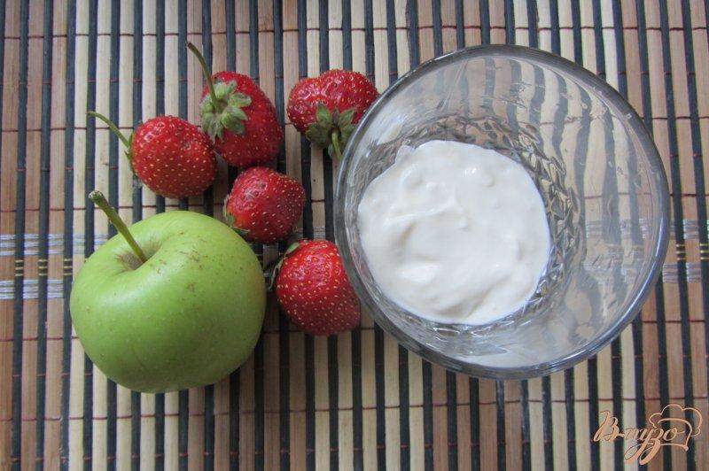 Фото приготовление рецепта: Десерт яблочно-клубничный шаг №1