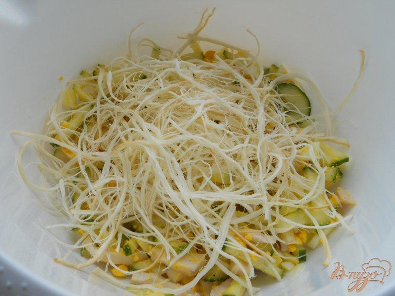 Фото приготовление рецепта: Салат с копченым сыром сулугуни шаг №4