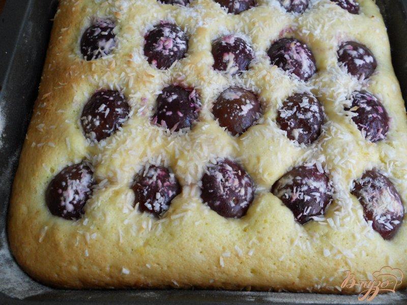 Фото приготовление рецепта: Пирог со сливами и кокосовой глазурью шаг №3