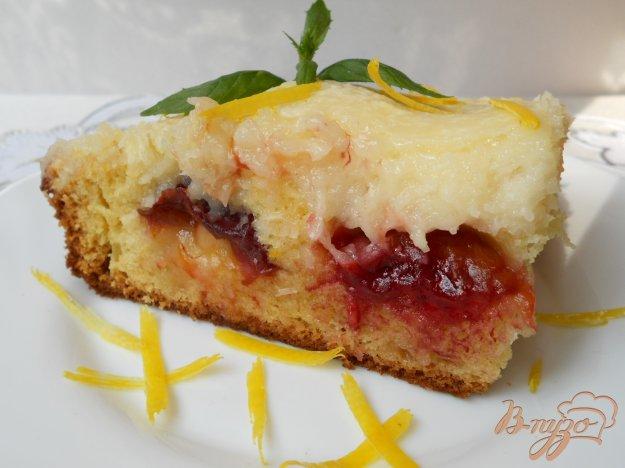 фото рецепта: Пирог со сливами и кокосовой глазурью