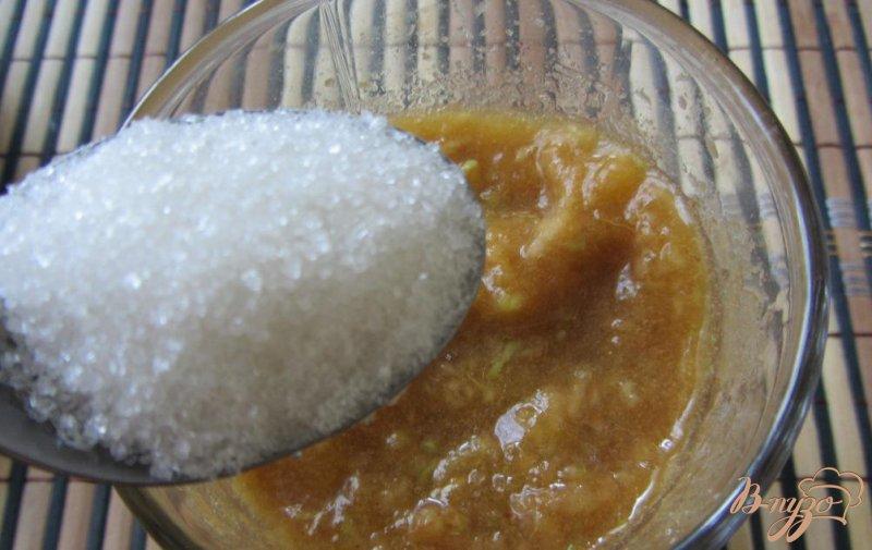 Фото приготовление рецепта: Сливово-яблочный десерт шаг №3