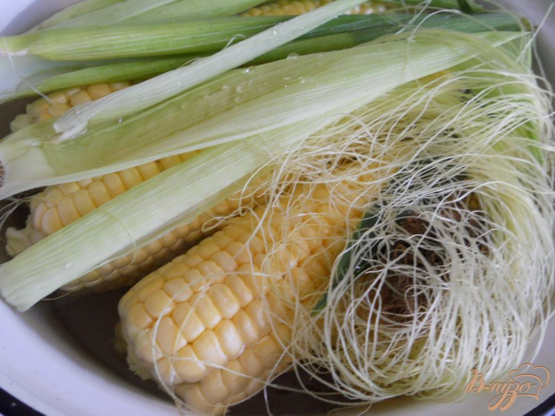 Фото приготовление рецепта: Кукуруза отварная со сливочным маслом и сыром шаг №2