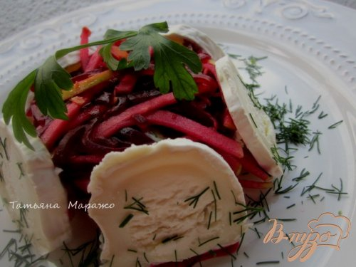 Салат со свеклой, яблоком и козьим сыром