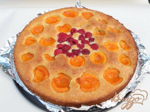 Пирог с абрикосами и малиновым центром
