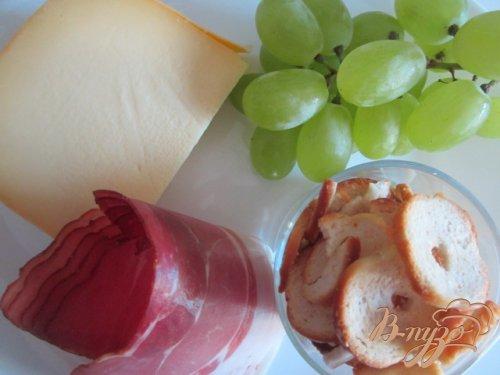 Салат с сыром и виноградом
