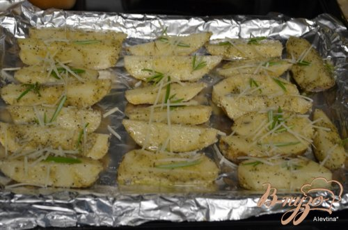 Картофель дольками с розмарином и пармезаном