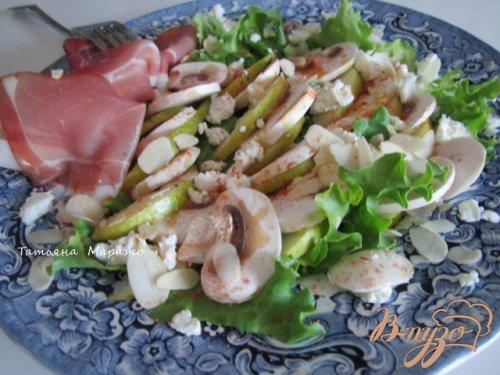 Салат с шампиньонами и овечьим сыром