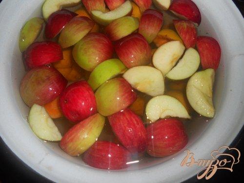 Компот мятный с абрикосами и яблоком