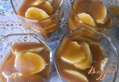 Банановый десерт с соусом из ирисок